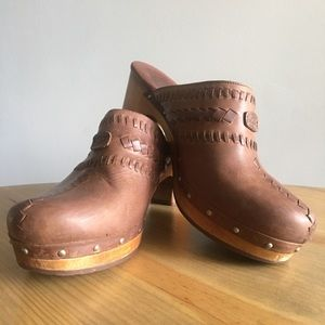 UGG Vivica Brown leather studded clogs s/n 1952